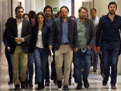 El líder de Podemos, Pablo Iglesias, (centro) junto a los portavoces del grupo de Unidos Podemos antes de anunciar su propuesta de moción de censura.