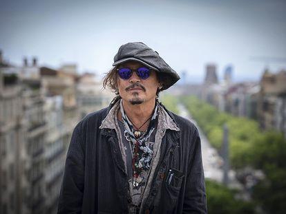 Johnny Depp, o el aspecto que tendría un columnista de ICON si se colgase una docena de cosas del cuello.