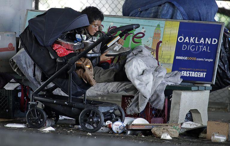 Una persona sin hogar, este martes en Oakland, California.