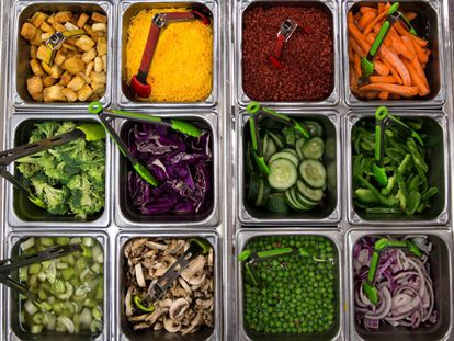 Alimentos sanos en un autoservicio.
