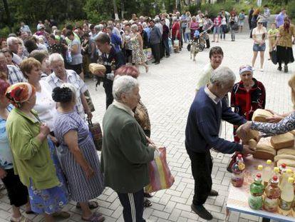Cola para recibir pan de forma gratuita, el 3 de julio en Donetsk.