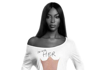 Naomi Campbell posa con la camiseta de la campaña Lady Garden para concienciar sobre el cáncer ginecológico.