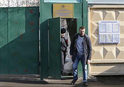 El líder opositor Alexéi Navalni sale este viernes de un centro de detención en Moscú tras pasar 15 días arrestado por repartir panfletos en el metro.