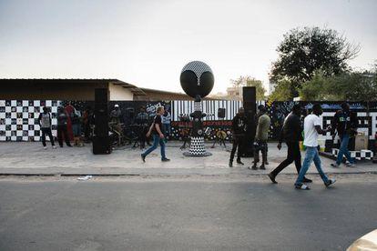 Nicolás de la Carrera pasa junto a la muñeca Akuaba frente al Liceo Maurice Delafosse de Gueule Tapée, el pasado 17 de diciembre.