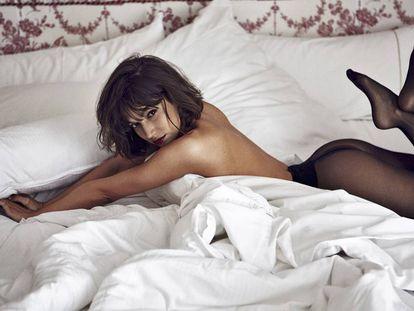 Úrsula Corberó se lanza a la cama en exclusiva para ICON. Lo único que lleva puesto son unas medias de Wolford.