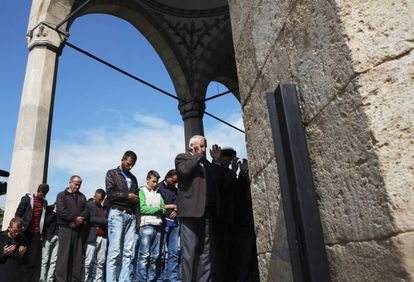 Unos kosovares rezan, a finales de septiembre, en una mezquita de Pristina.