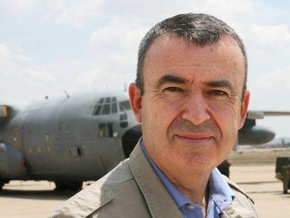 El escritor Lorenzo Silva en la Base Aérea de Zaragoza