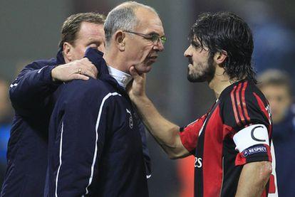 Gattuso agarra del cuello a Joe Jordan, el segundo entrenador del Tottenham.