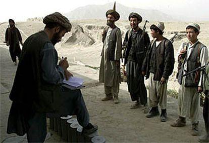 Voluntarios antitalibán se alistan para ir al frente en los alrededores de Hig Kjinnu, ciudad bajo control de la Alianza del Norte.