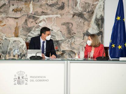 El presidente del Gobierno, Pedro Sánchez, conversa con la vicepresidenta económica, Nadia Calviño, el pasado martes durante el Consejo de Ministros.