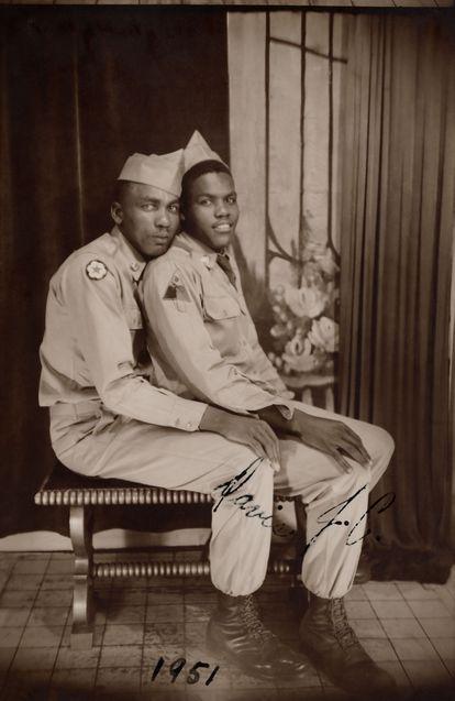 Retrato de dos soldados, Davis y J. C., según aparece escrito, también está apuntada la fecha, 1951.