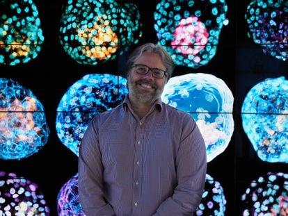 El bioquímico José Polo posa junto a imágenes de sus seudoembriones humanos.