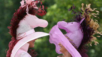 Dos mujeres, en el hipódromo de Ascot, donde se ven todo tipo de sombreros.