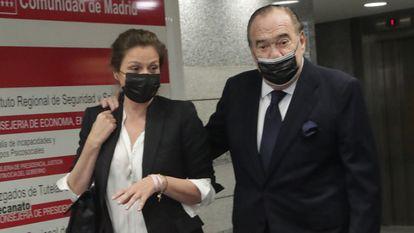 Fernando Fernández Tapias y su esposa, Nuria González, el pasado martes en Madrid a su llegada al juicio en el que el empresario se defendió de la demanda presentada por sus tres hijos mayores.