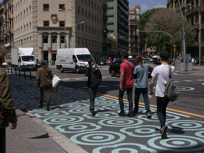 Asfalto ganado para los peatones con urbanismo táctico en la calle de Pelai de Barcelona.