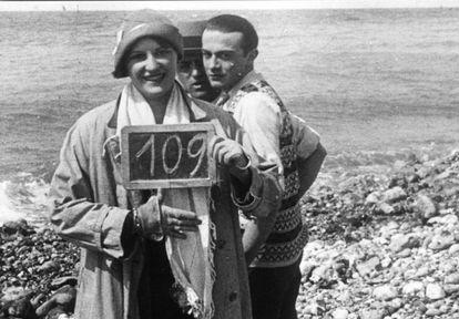 Luis Buñuel, detrás de su esposa, Jeanne Rucar, y del actor Robert Hommet en el rodaje de 'Un perro andaluz'.  / CORTESÍA DE TOLOCHA PRODUCCIONES