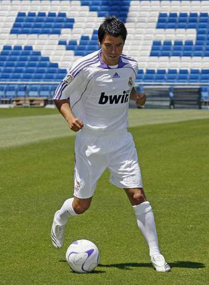 Javier Saviola estrena la camiseta del Real Madrid.