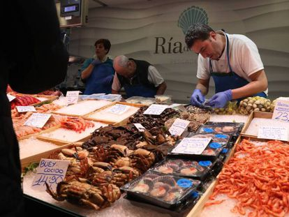 Un puesto de pescados y mariscos en el mercado madrileño de Ventas.