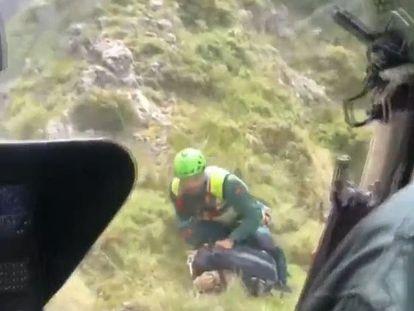 Imagen del momento del rescate de los montañeros tomada desde el helicóptero de la Guardia Civil.