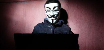 Un 'hacktivista' con la máscara de Anonymous.