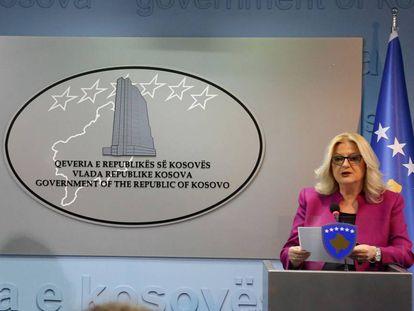 Edita Tahiri, ministra para el Diálogo con Belgrado, en rueda de prensa tras la asignación del código de Kosovo.