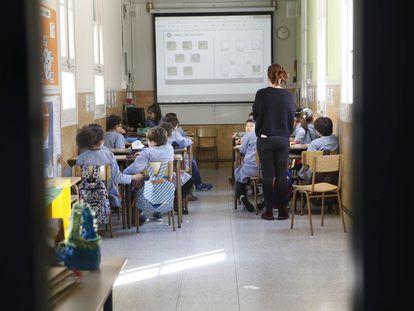 Alumnos en un aula del Colegio Inmaculada Concepción de Barcelona, en febrero.