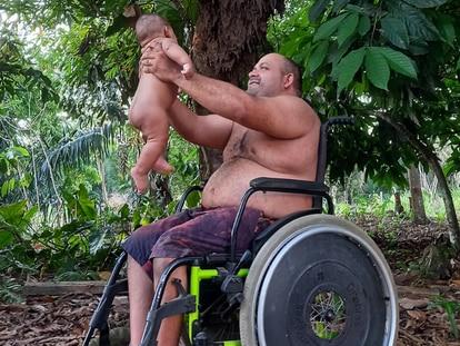 En la foto, tomada el 20 de julio, el niño Eduardo está con su padre, Erasmo Theofilo, un líder campesino en Brasil.