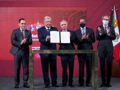 Gobierno y empresarios, durante la firma del acuerdo de infraestructura este lunes.
