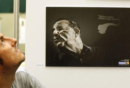 Un joven contempla uno de los carteles que concursan en el festival publicitario, en San Sebastián.