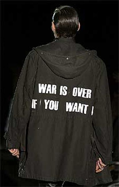 Uno de los propuestas del diseñador belga Dirk Schonberger, con el lema <i>la guerra está acabada si tú quieres<i>.