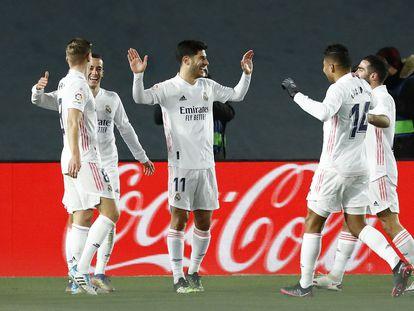 Marco Asensio recibe la felicitación de los compañeros por su gol al Celta.