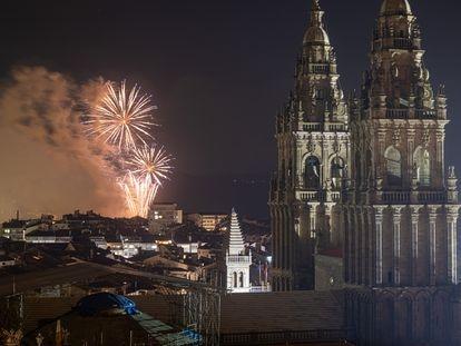 Fuegos del Apostol lanzados por la celebración del Día de Galicia en Santiago de Compostela, este sábado.