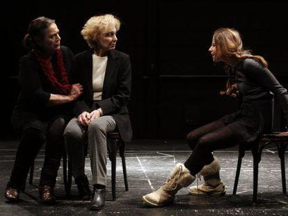 De izquierda a derecha, Terele Pavez, Marisa Paredes e Irene Escolar, en un ensayo de la obra.