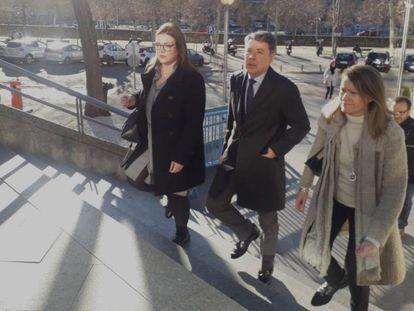 Ignacio González, a su llegada este martes a la Audiencia Provincial de Madrid. En vídeo, González niega tener conocimiento del espionaje contra sus compañeros de partido.