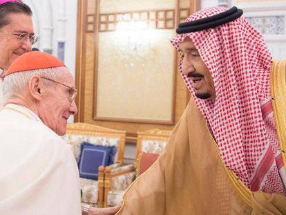 El cardenal Jean-Louis Tauran saluda al rey Salmán, este miércoles en Riad.