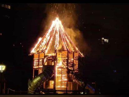 La estructura de un parque infantil de Orcasitas arde a consecuencia de un acto vandálico de madrugada.