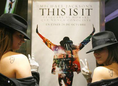 Dos seguidoras de Michael Jackson posan antes del estreno del documental <i>This is it</i> en un cine en la calle de Fuencarral.