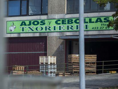 Fachada principal y acceso a la empresa en el polígono industrial de Zamudio.