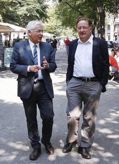 Ferran Mascarell (esquerra) i Josep Ramoneda, escalfant al carrer la conversa que van a mantenir per a Quadern.