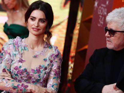 La actriz Penélope Cruz y el director Pedro Almodóvar, este sábado en Málaga en los Premios Goya. En vídeo, Penélope Cruz comenta la noticia desvelada por Almodóvar.