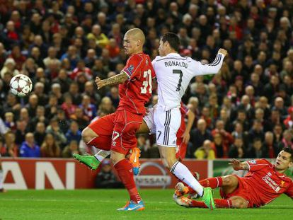 Cristiano, en el momento de rematar el primer gol del Madrid.