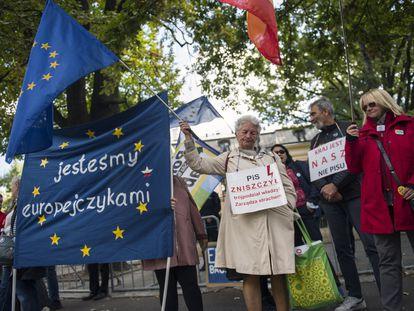 Manifestantes con pancartas y banderas protestaban frente al Tribunal Constitucional, en Varsovia, el 22 de septiembre.