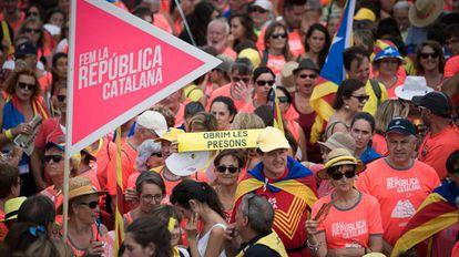 Ciudadanos catalanes participan a la Diada de 2018.
