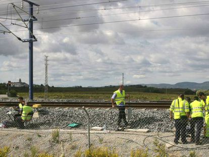 Técnicos de Adif durante trabajos de supervisión a pie de vía.