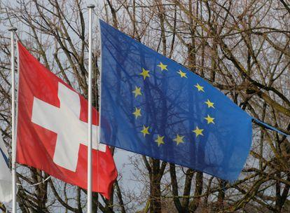 La bandera suiza, junto a la europea, en la localidad helvética de Steinhausen.