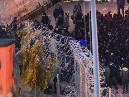 La policía marroquí impide la entrada a Ceuta de un grupo de subsaharianos.