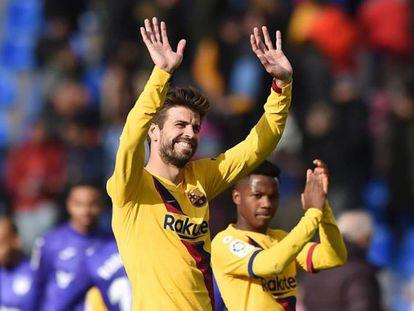 Piqué saluda al público en Butarque. En vídeo, declaraciones de Piqué tras el partido.