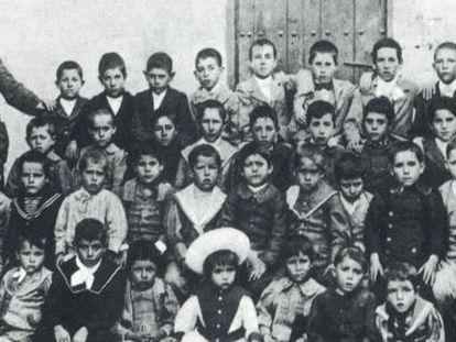 Antonio Rodríguez Espinosa, con sus alumnos en 1899 o 1900. En el centro, con sombrero de paja, Federico García Lorca.