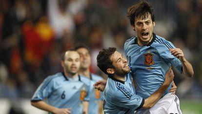 Jordi Alba abraza a Silva, que festeja su gol.
