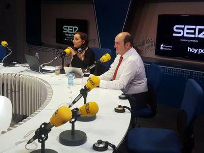 El presidente del PNV, Andoni Ortuzar, y Pepa Bueno durante la entrevista en la Cadena SER este viernes.